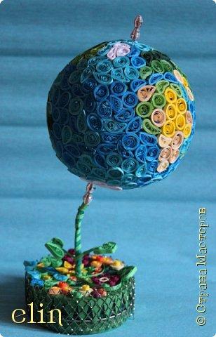 Всем здравствуйте!  Работа выполнена в технике квиллинг (это мой дебют в объемном квиллинге), выбор техники не случаен, ведь наша планета хрупка и надо ее беречь, а не разрушать, платить ей добром за ее щедрость. Попыталась изобразить Землю - самую прекрасную планету - в виде глобуса, который расцветает. фото 13