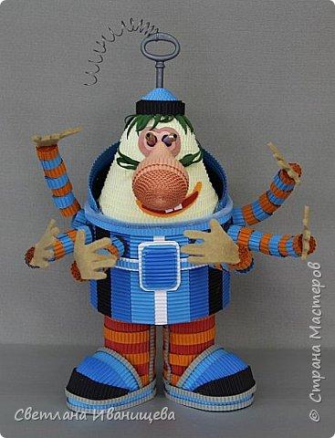 Громозе́ка - всем нам с детства знакомый персонаж серии книг Кира Булычёва, а также мультфильма «Тайна третьей планеты». Громозека — старый друг Алисы,  грозное чудовище, с виду похожее сразу на слона и осьминога, и добрейшее существо в душе. В мультфильме  Громозека изображён более человекоподобным: у него вполне человеческое лицо, щупальцы заменены руками, что делает образ добродушным и милым. С ним хочется поздороваться и крепко обняться, как со старым,  хорошим другом. Кристина обожает технику гофроквиллинга, игрушки из нее получаются яркие и  достаточно объемные. фото 1