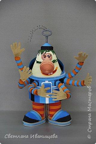 Громозе́ка - всем нам с детства знакомый персонаж серии книг Кира Булычёва, а также мультфильма «Тайна третьей планеты». Громозека — старый друг Алисы,  грозное чудовище, с виду похожее сразу на слона и осьминога, и добрейшее существо в душе. В мультфильме  Громозека изображён более человекоподобным: у него вполне человеческое лицо, щупальцы заменены руками, что делает образ добродушным и милым. С ним хочется поздороваться и крепко обняться, как со старым,  хорошим другом. Кристина обожает технику гофроквиллинга, игрушки из нее получаются яркие и  достаточно объемные. фото 10