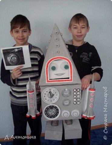 """Здравствуйте, уважаемые жители Страны Мастеров! Примите и нашу конкурсную работу. Роба-ракета """"Росток -1"""" готова для исследований планет других галактик. Наши юные конструкторы: Серёжа и Саша постарались уместить два в одном: робота и ракету. Она оснащена машиной времени, а маленькие ракеты новейшими космическими телескопами , фотоаппаратами и видеокамерами. В случае поломки робота во время исследовательский работ маленькие ракеты покидают её автоматически. Возвращаются с собранным материалом на то место, откуда отправилась роба-ракета. Рассмотрим фото. Высота роба-ракеты -85см, длина -49см, ширина -15см.  Так она выглядит в состоянии полёта.   фото 12"""