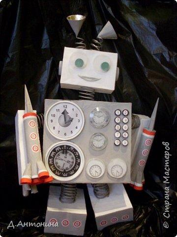 """Здравствуйте, уважаемые жители Страны Мастеров! Примите и нашу конкурсную работу. Роба-ракета """"Росток -1"""" готова для исследований планет других галактик. Наши юные конструкторы: Серёжа и Саша постарались уместить два в одном: робота и ракету. Она оснащена машиной времени, а маленькие ракеты новейшими космическими телескопами , фотоаппаратами и видеокамерами. В случае поломки робота во время исследовательский работ маленькие ракеты покидают её автоматически. Возвращаются с собранным материалом на то место, откуда отправилась роба-ракета. Рассмотрим фото. Высота роба-ракеты -85см, длина -49см, ширина -15см.  Так она выглядит в состоянии полёта.   фото 2"""