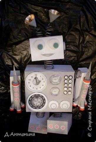 """Здравствуйте, уважаемые жители Страны Мастеров! Примите и нашу конкурсную работу. Роба-ракета """"Росток -1"""" готова для исследований планет других галактик. Наши юные конструкторы: Серёжа и Саша постарались уместить два в одном: робота и ракету. Она оснащена машиной времени, а маленькие ракеты новейшими космическими телескопами , фотоаппаратами и видеокамерами. В случае поломки робота во время исследовательский работ маленькие ракеты покидают её автоматически. Возвращаются с собранным материалом на то место, откуда отправилась роба-ракета. Рассмотрим фото. Высота роба-ракеты -85см, длина -49см, ширина -15см.  Так она выглядит в состоянии полёта.   фото 5"""