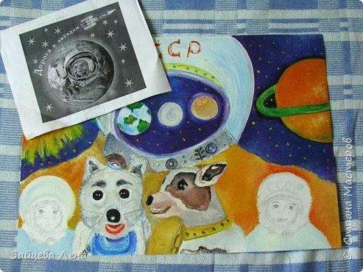 """Работу на конкурс выполняла моя младшая дочь.Когда ей предложила нарисовать сюжет на космическую тему,блеска в глазах не заметила. На все мои задумки по воплощению идеи откликалась неохотно.Поняв,что не стоит докучать подроста,стала молча (насколько может учитель) наблюдать за происходящим процессом.Пыталась корректировать:"""" А почему собачки больше людей?А когда в шлеме скафандра нарисуешь лицо?"""", и тому подобное.Дочь дала понять,чтобы не мешала воплощать идею,нервничала,когда я """"лезла"""" делать фото.Но удалось...Приглашаю к просмотру! фото 3"""