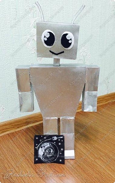 """Марина очень старательная и творческая девочка. Всегда с удовольствием участвует в различных конкурсах и этот она не могла обойти стороной. Её заинтересовала тема """"Исследовательский центр"""", а точнее космическая робототехника. Она придумала и создала робота Шунтика. Вот он перед вами! Рад приветствовать всех тех, кто им заинтересовался))) Выглядит он очень металлическим, высота без антенн - 48 см, но сделан совершенно не из металла, а.... фото 7"""