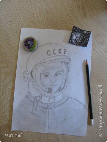 Здравствуйте, участники конкурса! Когда я узнала о конкурсе, то решила, что буду рисовать портрет Юрия Алексеевича Гагарина - первого летчика - космонавта. фото 4