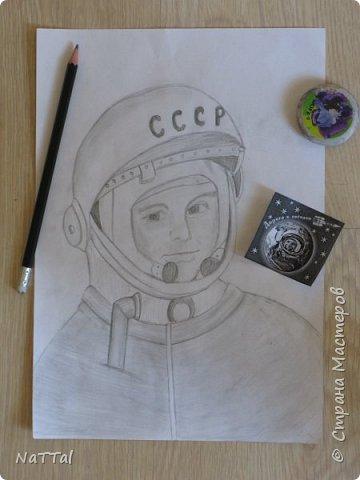 Здравствуйте, участники конкурса! Когда я узнала о конкурсе, то решила, что буду рисовать портрет Юрия Алексеевича Гагарина - первого летчика - космонавта. фото 3