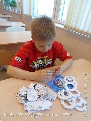"""НЛО- это неопознанный летающий объекты.  Говорят, что НЛО перелетают с планеты на планету, что они бывают разного цвета и размера, а в народе их еще называют тарелками, из-за схожести с этим видом посуды. Это вторая работа Георгия на конкурс, первую работу он сделал  для сестренки - """"Космический мобиль"""". А вот теперь и для себя смастерил игрушку. Модульным оригами Жорик занимается третий год, поэтому -то летающую тарелку было решено сделать из модулей. Результат десяти дневной работы перед вами. фото 3"""