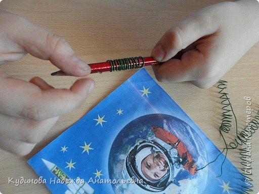"""НЛО- это неопознанный летающий объекты.  Говорят, что НЛО перелетают с планеты на планету, что они бывают разного цвета и размера, а в народе их еще называют тарелками, из-за схожести с этим видом посуды. Это вторая работа Георгия на конкурс, первую работу он сделал  для сестренки - """"Космический мобиль"""". А вот теперь и для себя смастерил игрушку. Модульным оригами Жорик занимается третий год, поэтому -то летающую тарелку было решено сделать из модулей. Результат десяти дневной работы перед вами. фото 10"""