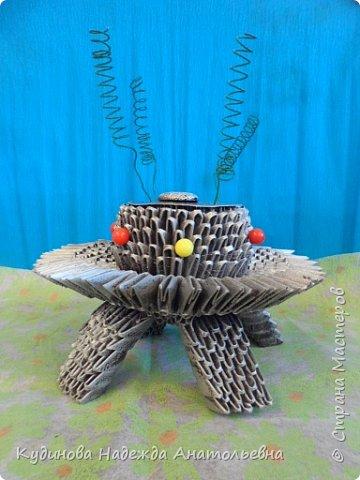 """НЛО- это неопознанный летающий объекты.  Говорят, что НЛО перелетают с планеты на планету, что они бывают разного цвета и размера, а в народе их еще называют тарелками, из-за схожести с этим видом посуды. Это вторая работа Георгия на конкурс, первую работу он сделал  для сестренки - """"Космический мобиль"""". А вот теперь и для себя смастерил игрушку. Модульным оригами Жорик занимается третий год, поэтому -то летающую тарелку было решено сделать из модулей. Результат десяти дневной работы перед вами. фото 1"""
