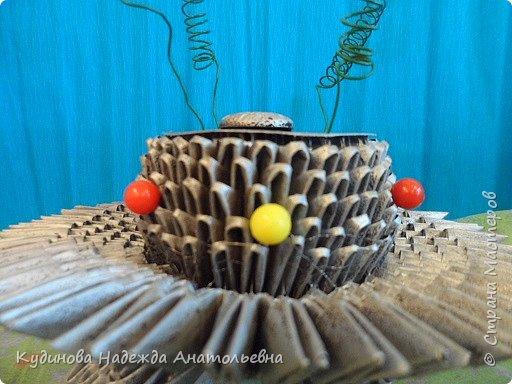 """НЛО- это неопознанный летающий объекты.  Говорят, что НЛО перелетают с планеты на планету, что они бывают разного цвета и размера, а в народе их еще называют тарелками, из-за схожести с этим видом посуды. Это вторая работа Георгия на конкурс, первую работу он сделал  для сестренки - """"Космический мобиль"""". А вот теперь и для себя смастерил игрушку. Модульным оригами Жорик занимается третий год, поэтому -то летающую тарелку было решено сделать из модулей. Результат десяти дневной работы перед вами. фото 12"""