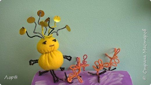 А вы знаете, что существует такая планета Трехотание?  Необычная планета, где очень много растений и все жители смеются. Живут там веселые инопланетные существа, разговаривать им помогают забавные антенны на голове, которые очень хорошо улавливают звуки.   С одним из них, я вас и познакомлю. Зовут его Кексихок - любитель кексов и сладких булочек.  фото 1