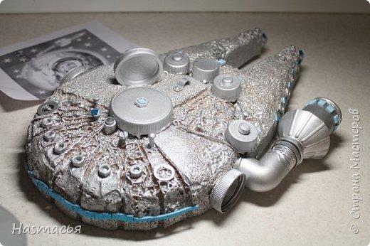 """Вот такой космический корабль """"Сокол тысячелетий"""" сделали, использовали подручный материал(""""техноплекс"""", гаечки, болтики, крышечки от пластиковых бутылок),затем всё покрасили серебряной краской из балончика и приклеили неоновые огоньки!  фото 9"""
