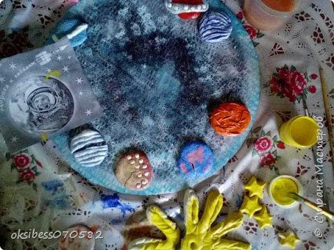 Идея создания  таких часов пришла  к нам после тематических мероприятий, которые проводились на кануне дня космонавтики  в нашей школе. Детишки налепили из соленого  теста планет, звезды, солнце.     фото 6