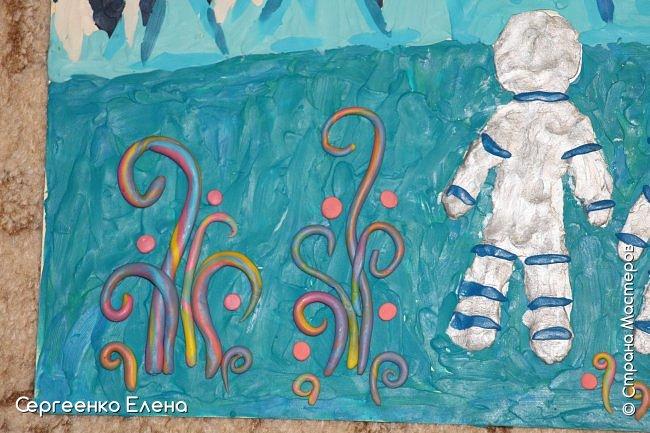 """Звёздное небо видел каждый. Оно притягивает и завораживает! Чего только нет на небе - звёзды и планеты, кометы и метеориты, звёздная пыль и туманности! Об этом и многом другом мы с детьми нашей группы много разговаривали, рассматривали фотографии, иллюстрации  репродукции картин. Даже к нам в детский сад приезжал планетарий.  Результатом космической недели были творческие работы. То, как дети представляют далёкие странствия во Вселенной, как они фантазируют на тему полётов, неизвестных планет, астронавтов, можно было увидеть на выставке в нашем саду. Одна из таких работ - """"На далёкой планете""""  Горшковой Насти. Картон, пластилин. фото 6"""