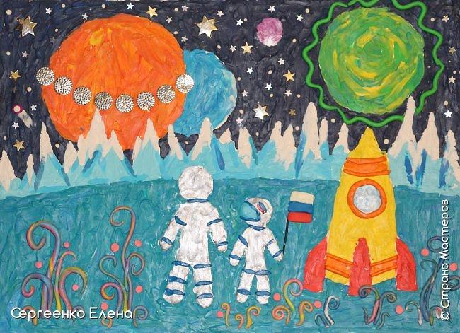 """Звёздное небо видел каждый. Оно притягивает и завораживает! Чего только нет на небе - звёзды и планеты, кометы и метеориты, звёздная пыль и туманности! Об этом и многом другом мы с детьми нашей группы много разговаривали, рассматривали фотографии, иллюстрации  репродукции картин. Даже к нам в детский сад приезжал планетарий.  Результатом космической недели были творческие работы. То, как дети представляют далёкие странствия во Вселенной, как они фантазируют на тему полётов, неизвестных планет, астронавтов, можно было увидеть на выставке в нашем саду. Одна из таких работ - """"На далёкой планете""""  Горшковой Насти. Картон, пластилин. фото 7"""