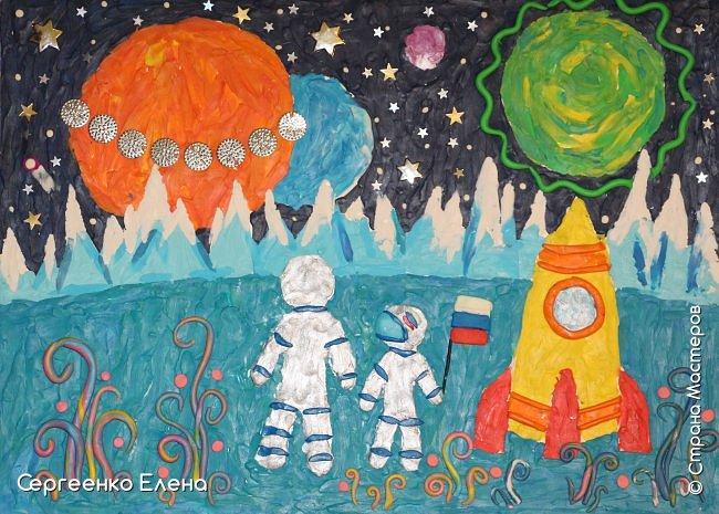 """Звёздное небо видел каждый. Оно притягивает и завораживает! Чего только нет на небе - звёзды и планеты, кометы и метеориты, звёздная пыль и туманности! Об этом и многом другом мы с детьми нашей группы много разговаривали, рассматривали фотографии, иллюстрации  репродукции картин. Даже к нам в детский сад приезжал планетарий.  Результатом космической недели были творческие работы. То, как дети представляют далёкие странствия во Вселенной, как они фантазируют на тему полётов, неизвестных планет, астронавтов, можно было увидеть на выставке в нашем саду. Одна из таких работ - """"На далёкой планете""""  Горшковой Насти. Картон, пластилин. фото 1"""