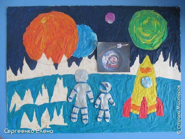 """Звёздное небо видел каждый. Оно притягивает и завораживает! Чего только нет на небе - звёзды и планеты, кометы и метеориты, звёздная пыль и туманности! Об этом и многом другом мы с детьми нашей группы много разговаривали, рассматривали фотографии, иллюстрации  репродукции картин. Даже к нам в детский сад приезжал планетарий.  Результатом космической недели были творческие работы. То, как дети представляют далёкие странствия во Вселенной, как они фантазируют на тему полётов, неизвестных планет, астронавтов, можно было увидеть на выставке в нашем саду. Одна из таких работ - """"На далёкой планете""""  Горшковой Насти. Картон, пластилин. фото 4"""
