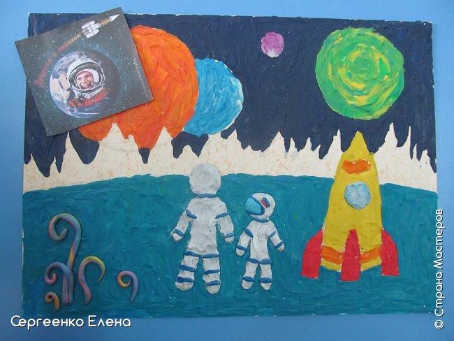 """Звёздное небо видел каждый. Оно притягивает и завораживает! Чего только нет на небе - звёзды и планеты, кометы и метеориты, звёздная пыль и туманности! Об этом и многом другом мы с детьми нашей группы много разговаривали, рассматривали фотографии, иллюстрации  репродукции картин. Даже к нам в детский сад приезжал планетарий.  Результатом космической недели были творческие работы. То, как дети представляют далёкие странствия во Вселенной, как они фантазируют на тему полётов, неизвестных планет, астронавтов, можно было увидеть на выставке в нашем саду. Одна из таких работ - """"На далёкой планете""""  Горшковой Насти. Картон, пластилин. фото 5"""