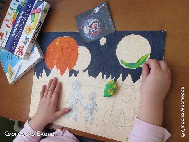 """Звёздное небо видел каждый. Оно притягивает и завораживает! Чего только нет на небе - звёзды и планеты, кометы и метеориты, звёздная пыль и туманности! Об этом и многом другом мы с детьми нашей группы много разговаривали, рассматривали фотографии, иллюстрации  репродукции картин. Даже к нам в детский сад приезжал планетарий.  Результатом космической недели были творческие работы. То, как дети представляют далёкие странствия во Вселенной, как они фантазируют на тему полётов, неизвестных планет, астронавтов, можно было увидеть на выставке в нашем саду. Одна из таких работ - """"На далёкой планете""""  Горшковой Насти. Картон, пластилин. фото 3"""