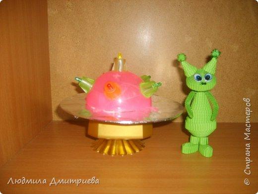 Такие вот зелененькие инопланетные существа отправились в экспедицию к нам на Землю. Встречайте! А это их летательный аппврат - НЛО.Летающая таралка у них светится разноцветными огнями. фото 7