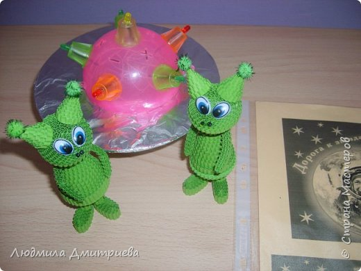Такие вот зелененькие инопланетные существа отправились в экспедицию к нам на Землю. Встречайте! А это их летательный аппврат - НЛО.Летающая таралка у них светится разноцветными огнями. фото 4