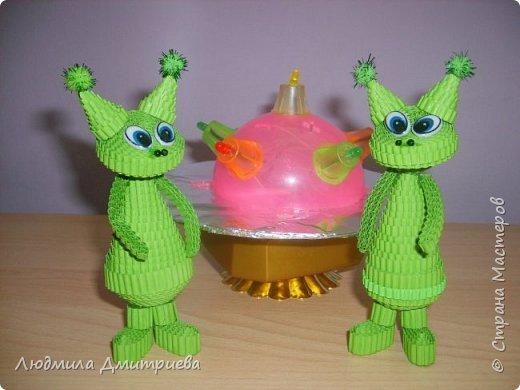 Такие вот зелененькие инопланетные существа отправились в экспедицию к нам на Землю. Встречайте! А это их летательный аппврат - НЛО.Летающая таралка у них светится разноцветными огнями. фото 1