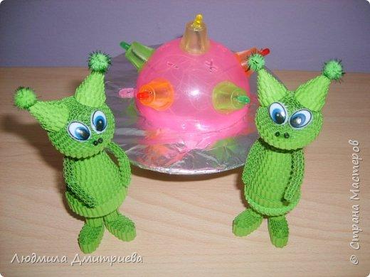 Такие вот зелененькие инопланетные существа отправились в экспедицию к нам на Землю. Встречайте! А это их летательный аппврат - НЛО.Летающая таралка у них светится разноцветными огнями. фото 8