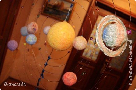 По порядку все планеты Назовёт любой из нас: Раз - Меркурий, Два - Венера, Три - Земля, Четыре - Марс. Пять - Юпитер, Шесть - Сатурн, Семь - Уран, За ним - Нептун. Он восьмым идёт по счёту. А за ним уже, потом, И девятая планета Под названием Плутон. фото 3