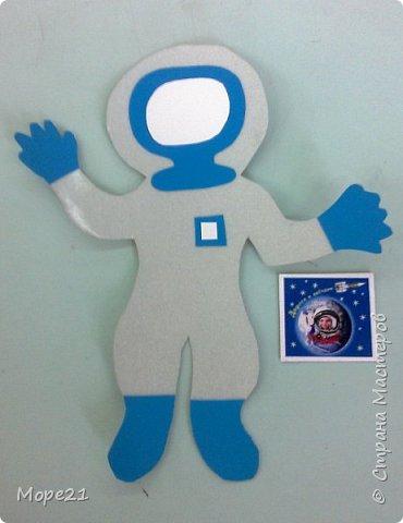 Представляем вам нашу конкурсную работу «Ракета-светофор», выполненную моей ученицей 5 класса Лерой Судько на уроках технологии. В последнее время все более актуальной становится тема развивающих игр и игрушек, поэтому мы решили изготовить пособие для малышей, связанное с космосом.  Размер готовой работы А-3. На звездном небе, на переднем плане ракета, которая сделана из ярких, блестящих тканей, имитирующих материал, из которого изготавливается настоящая ракета. Общий размер ракеты 30х15 сантиметров.  фото 11