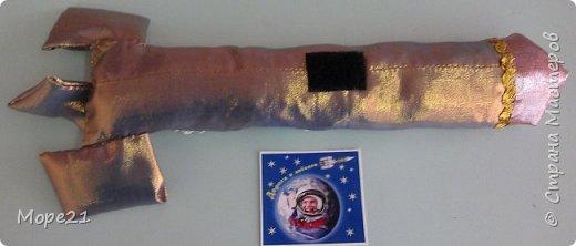 Представляем вам нашу конкурсную работу «Ракета-светофор», выполненную моей ученицей 5 класса Лерой Судько на уроках технологии. В последнее время все более актуальной становится тема развивающих игр и игрушек, поэтому мы решили изготовить пособие для малышей, связанное с космосом.  Размер готовой работы А-3. На звездном небе, на переднем плане ракета, которая сделана из ярких, блестящих тканей, имитирующих материал, из которого изготавливается настоящая ракета. Общий размер ракеты 30х15 сантиметров.  фото 10