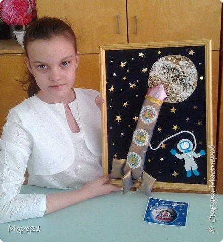 Представляем вам нашу конкурсную работу «Ракета-светофор», выполненную моей ученицей 5 класса Лерой Судько на уроках технологии. В последнее время все более актуальной становится тема развивающих игр и игрушек, поэтому мы решили изготовить пособие для малышей, связанное с космосом.  Размер готовой работы А-3. На звездном небе, на переднем плане ракета, которая сделана из ярких, блестящих тканей, имитирующих материал, из которого изготавливается настоящая ракета. Общий размер ракеты 30х15 сантиметров.  фото 13