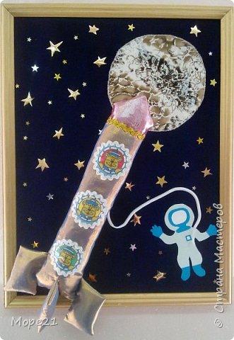Представляем вам нашу конкурсную работу «Ракета-светофор», выполненную моей ученицей 5 класса Лерой Судько на уроках технологии. В последнее время все более актуальной становится тема развивающих игр и игрушек, поэтому мы решили изготовить пособие для малышей, связанное с космосом.  Размер готовой работы А-3. На звездном небе, на переднем плане ракета, которая сделана из ярких, блестящих тканей, имитирующих материал, из которого изготавливается настоящая ракета. Общий размер ракеты 30х15 сантиметров.  фото 1