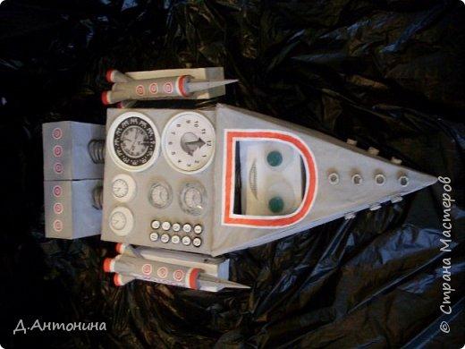 """Здравствуйте, уважаемые жители Страны Мастеров! Примите и нашу конкурсную работу. Роба-ракета """"Росток -1"""" готова для исследований планет других галактик. Наши юные конструкторы: Серёжа и Саша постарались уместить два в одном: робота и ракету. Она оснащена машиной времени, а маленькие ракеты новейшими космическими телескопами , фотоаппаратами и видеокамерами. В случае поломки робота во время исследовательский работ маленькие ракеты покидают её автоматически. Возвращаются с собранным материалом на то место, откуда отправилась роба-ракета. Рассмотрим фото. Высота роба-ракеты -85см, длина -49см, ширина -15см.  Так она выглядит в состоянии полёта.   фото 1"""
