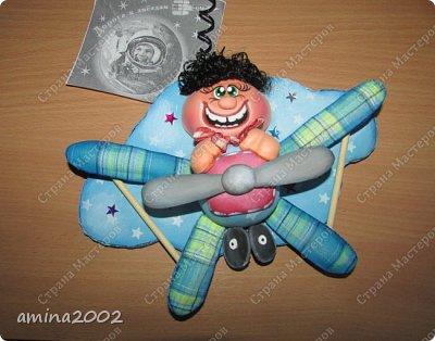 О том, чтобы подняться в воздух и парить там, словно птицы, люди мечтали со времен глубокой древности. Древнегреческий миф об Икаре и Дедале рассказывает о том, как был сконструирован первый самодельный летательный аппарат – крылья из перьев, скрепленные воском. Вслед за мифическими героями многие смельчаки разрабатывали собственные конструкции крыльев.  фото 6