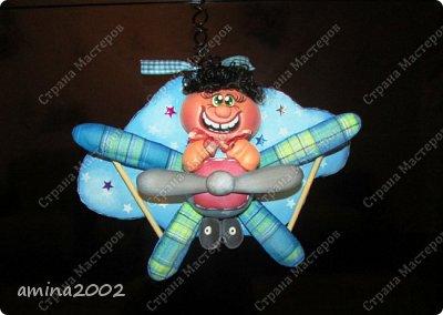 О том, чтобы подняться в воздух и парить там, словно птицы, люди мечтали со времен глубокой древности. Древнегреческий миф об Икаре и Дедале рассказывает о том, как был сконструирован первый самодельный летательный аппарат – крылья из перьев, скрепленные воском. Вслед за мифическими героями многие смельчаки разрабатывали собственные конструкции крыльев.  фото 1
