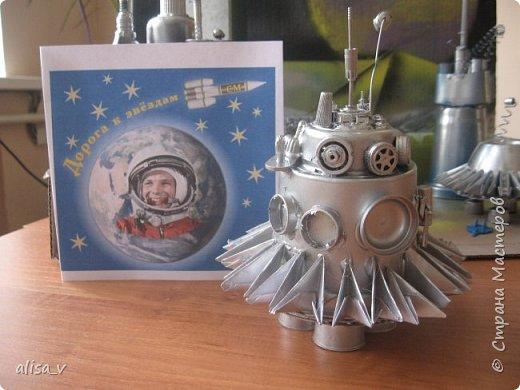 """Космолет """"SAMARA - NEXT"""".  Мы из Самары. Наш город считают космической столицей страны. У нас на заводах создают космические ракеты и двигатели. Поэтому не принять участия в космическом конкурсе мы не смогли. Было решено смастерить космический корабль будущего и отправить его с экспедицией на далекую планету в космопорт """"Россия"""". Надеемся, что когда-нибудь это станет реальностью. фото 6"""