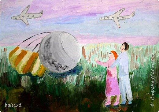 В одном из залов музея космонавтики в Москве представлен спускаемый аппарат космического корабля «Восток», на котором космонавт  Юрий Алексеевич Гагарин 12 апреля 1961 года совершил успешное приземление после первого в истории полёта в космос. Такой космический аппарат, приземлившийся недалеко от  села Смеловка Саратовской области, изображен на моем рисунке. Также  я нарисовала жителей села, которые стали свидетелями этого события. Тогда они еще не знали , что стали первыми, кто увидел Юрия Гагарина после полёта в космос.  фото 1