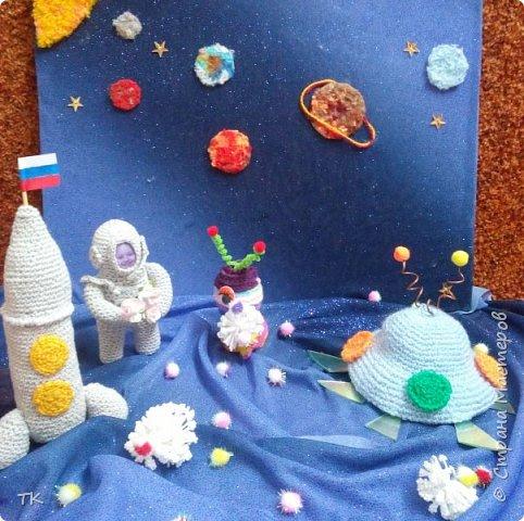 Космонавт Вероника путешествуя по галактикам, увидела очень яркую, разноцветную планету и решила заглянуть в гости. фото 1