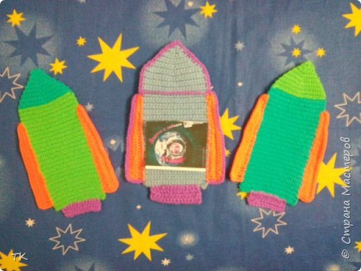 """Это панно  """"Дорога к звёздам!"""" я сделала младшему братику (ему 4 года) в детский сад. У них в группе к Дню космонавтики был праздник, на котором рассказывали о первом полёте человека в космос. Брат нам весь вечер рассказывал про Юрия Гагарина, про ракеты, про космос. Я решила сделать ему в группу панно с ракетами.  фото 2"""