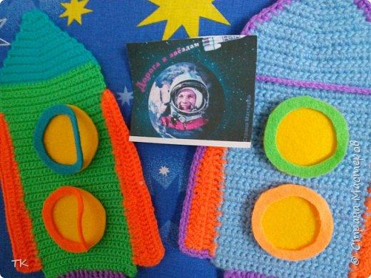 """Это панно  """"Дорога к звёздам!"""" я сделала младшему братику (ему 4 года) в детский сад. У них в группе к Дню космонавтики был праздник, на котором рассказывали о первом полёте человека в космос. Брат нам весь вечер рассказывал про Юрия Гагарина, про ракеты, про космос. Я решила сделать ему в группу панно с ракетами.  фото 4"""
