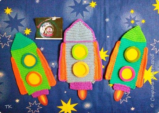"""Это панно  """"Дорога к звёздам!"""" я сделала младшему братику (ему 4 года) в детский сад. У них в группе к Дню космонавтики был праздник, на котором рассказывали о первом полёте человека в космос. Брат нам весь вечер рассказывал про Юрия Гагарина, про ракеты, про космос. Я решила сделать ему в группу панно с ракетами.  фото 5"""