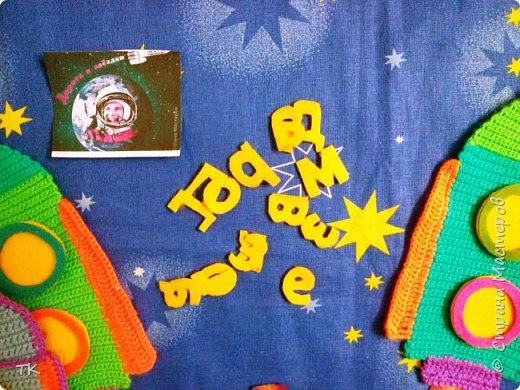 """Это панно  """"Дорога к звёздам!"""" я сделала младшему братику (ему 4 года) в детский сад. У них в группе к Дню космонавтики был праздник, на котором рассказывали о первом полёте человека в космос. Брат нам весь вечер рассказывал про Юрия Гагарина, про ракеты, про космос. Я решила сделать ему в группу панно с ракетами.  фото 3"""
