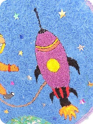 Занимаясь с ребятишками совместным творчеством, можно не только развивать их способности, но и поделиться знаниями, расширять детский кругозор. Тематические поделки очень хорошо походят для этих целей.  Мы решили с ребятами детского сада Чупровой Викой, Стародворским Ярославом, Стародворской Полиной, Осташовым  Вадимом  поучаствовать в Международном творческом конкурсе «Дорога к звёздам» интернет-сайта  « Страна Мастеров» в номинации «Музей космонавтики » и сделать объёмную аппликацию из пряжи – это прекрасная возможность рассказать ребятишкам об огромном прорыве в развитии всего человечества – первом полете нашего, советского, человека в необъятный и неизведанный космос  фото 2