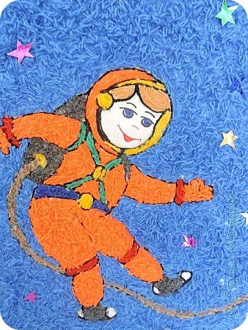 Занимаясь с ребятишками совместным творчеством, можно не только развивать их способности, но и поделиться знаниями, расширять детский кругозор. Тематические поделки очень хорошо походят для этих целей.  Мы решили с ребятами детского сада Чупровой Викой, Стародворским Ярославом, Стародворской Полиной, Осташовым  Вадимом  поучаствовать в Международном творческом конкурсе «Дорога к звёздам» интернет-сайта  « Страна Мастеров» в номинации «Музей космонавтики » и сделать объёмную аппликацию из пряжи – это прекрасная возможность рассказать ребятишкам об огромном прорыве в развитии всего человечества – первом полете нашего, советского, человека в необъятный и неизведанный космос  фото 3