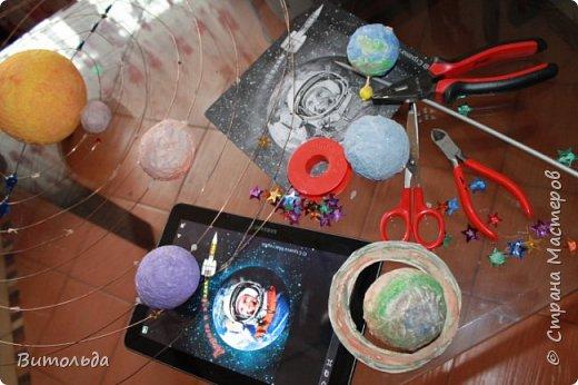 По порядку все планеты Назовёт любой из нас: Раз - Меркурий, Два - Венера, Три - Земля, Четыре - Марс. Пять - Юпитер, Шесть - Сатурн, Семь - Уран, За ним - Нептун. Он восьмым идёт по счёту. А за ним уже, потом, И девятая планета Под названием Плутон. фото 14