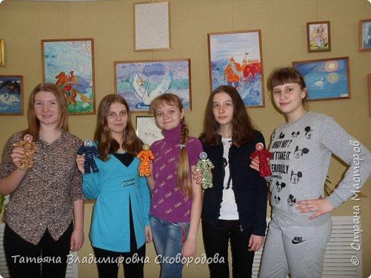 Расставляем космонавтов. Приклеиваем Российский флаг. Композиция «Тропой Гагарина» готова. фото 8