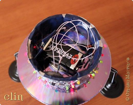 """Звездолёт — космический аппарат (космический корабль), способный перемещаться между звёздными системами. Для того, чтобы космический аппарат стал звездолётом, достаточно, чтобы он набрал третью космическую скорость, либо использовал гравитационный манёвр. (материал из Википедии). Вот такой звездолет будущего сделал сын Дима, ему 11 лет.  НРТ расшифровывается как начинающий радиотехник. Дима уже и раньше пробовал себя в радиотехнике, собирая готовые наборы для начинающих радиолюбителей, которые ему дарили. Да и как не попробовать, когда у тебя оба родителя дипломированные инженеры по специальности """"Радиотехника"""", причем действующие специалисты, работающие по специальности. А генетический код - это великая штука, не отвертишься :) Но собирать готовые наборы это одно, а смастерить что-то самому уже сложнее, но решаемо, папа всегда подскажет куда и что припаять, как ловчее соединить. Звездолет светится и готов к сверхсветовому прыжку. фото 11"""
