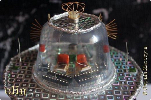 """Звездолёт — космический аппарат (космический корабль), способный перемещаться между звёздными системами. Для того, чтобы космический аппарат стал звездолётом, достаточно, чтобы он набрал третью космическую скорость, либо использовал гравитационный манёвр. (материал из Википедии). Вот такой звездолет будущего сделал сын Дима, ему 11 лет.  НРТ расшифровывается как начинающий радиотехник. Дима уже и раньше пробовал себя в радиотехнике, собирая готовые наборы для начинающих радиолюбителей, которые ему дарили. Да и как не попробовать, когда у тебя оба родителя дипломированные инженеры по специальности """"Радиотехника"""", причем действующие специалисты, работающие по специальности. А генетический код - это великая штука, не отвертишься :) Но собирать готовые наборы это одно, а смастерить что-то самому уже сложнее, но решаемо, папа всегда подскажет куда и что припаять, как ловчее соединить. Звездолет светится и готов к сверхсветовому прыжку. фото 12"""