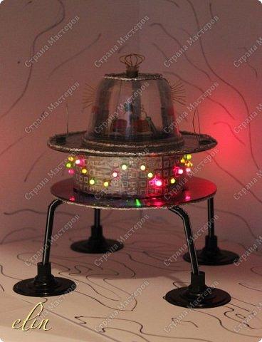 """Звездолёт — космический аппарат (космический корабль), способный перемещаться между звёздными системами. Для того, чтобы космический аппарат стал звездолётом, достаточно, чтобы он набрал третью космическую скорость, либо использовал гравитационный манёвр. (материал из Википедии). Вот такой звездолет будущего сделал сын Дима, ему 11 лет.  НРТ расшифровывается как начинающий радиотехник. Дима уже и раньше пробовал себя в радиотехнике, собирая готовые наборы для начинающих радиолюбителей, которые ему дарили. Да и как не попробовать, когда у тебя оба родителя дипломированные инженеры по специальности """"Радиотехника"""", причем действующие специалисты, работающие по специальности. А генетический код - это великая штука, не отвертишься :) Но собирать готовые наборы это одно, а смастерить что-то самому уже сложнее, но решаемо, папа всегда подскажет куда и что припаять, как ловчее соединить. Звездолет светится и готов к сверхсветовому прыжку. фото 1"""