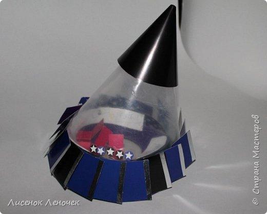 Здравствуйте, уважаемые зрители! Представляем вашему вниманию космический аппарат будущего «Galaxy 3000», созданный на основе безграничного полета фантазии автора и при помощи чистейшей импровизации! Это чудо техники предназначено для увлекательных космических научных экспедиций  на любую планету Галактики.  Компактная лаборатория, встроенная в аппарат, позволяет  детально изучить  все параметры планеты (взять пробы грунта, воды, воздуха и прочее). Работает наш аппарат на солнечных батареях, расположенных по краям лопастей, находящихся в нижней части корпуса. Верхняя часть корпуса снабжена передатчиками и приемниками информации с Земли и на Землю, а также имеет инфракрасный излучатель, сканирующий планету на наличие живых микроорганизмов в радиусе 1 км вокруг себя.   фото 1